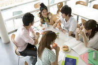 学食で食事をする学生たち