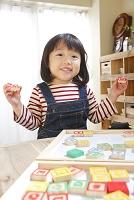 アルファベットピースで遊ぶ女の子