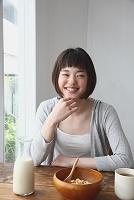 朝食をとる若い日本人女性