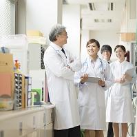 病院で打合せをする医者と看護師