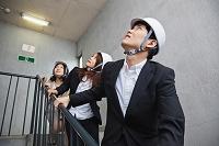 非常階段で避難するビジネスマン