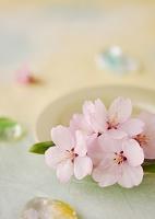 和紙の上の桜の花とガラスの飾り