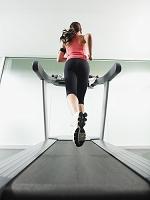 ジムで走る女性