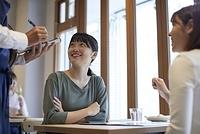 注文をする日本人女性