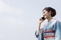 電話する着物の日本人女性