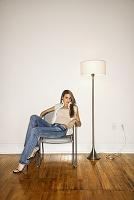 銀色の椅子に座った外国人女性