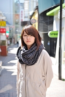 マフラーを巻いた日本人女性