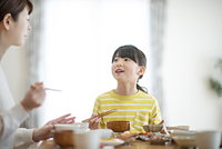 食事をする親子