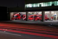夜の消防署と車の光跡