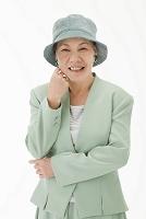 帽子を被った笑顔の日本人のシニア女性(合成)