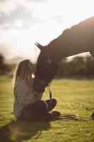 馬と外国人女性