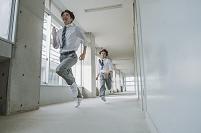 廊下で走る男子高校生