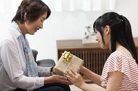 プレゼントを渡す女の子