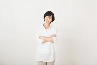 不機嫌なシニア日本人女性