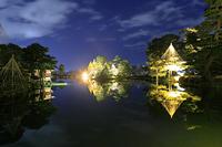 石川県 兼六園 ライトアップされた霞ヶ池の沿いの雪吊りと内橋亭