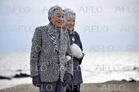 両陛下、葉山御用邸近くの浜辺を散策