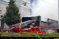 働く車 消火する消防車