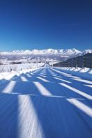 北海道 十勝岳連峰と冬の道