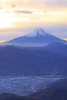 山梨県 櫛形山林道 夜明けの富士山と甲府盆地
