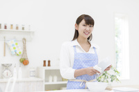 食器を拭く日本人女性