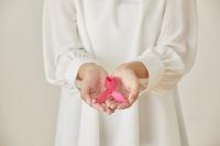 ピンクリボンを持つ女性