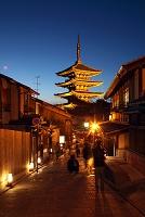 京都府 東山花灯路 二年坂 法観寺(八坂の塔)を望む