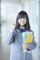 ガッツポーズをする女子中学生