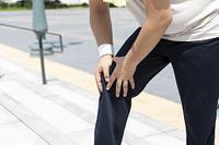 膝を押さえる男性