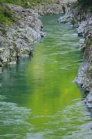 徳島県 大歩危 変成岩類の岩場と吉野川の流れ
