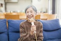 カラオケを楽しむおばあちゃん
