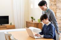 パソコンをする父と娘