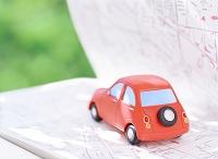 赤い粘土の車と地図
