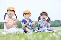 遠足をする日本人の子供