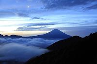 山梨県 安倍峠 夜明けの富士山と雲海と残月