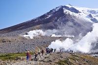 北海道 旭岳と噴気孔と登山客