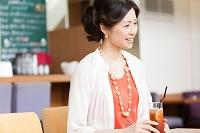 ティータイムを楽しむ日本人女性