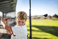 ゴルフを習う子供