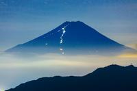 山梨県 雁ケ腹摺山から夜の富士山