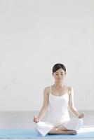 広い空間でヨガをする日本人女性