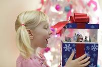 クリスマスプレゼントに喜ぶ女の子