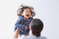 女の子を抱っこするお父さん