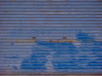 薄汚れた青いシャッター