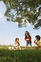 ピクニックをする子供達
