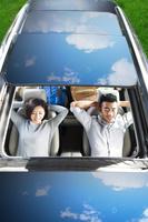 車で休む若いカップル
