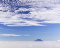 山梨県 雲に浮かぶ富士山と空