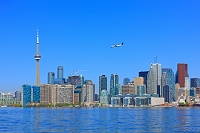 カナダ トロントの高層ビル群と飛行機