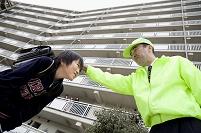管理人の男性に頭を撫でられる日本人の小学生