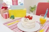 デコレーションケーキとプレゼント