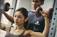 トレーニングをする日本人女性とパーソナルトレーナー
