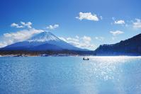山梨県 富士河口湖町 富士山とボートと精進湖